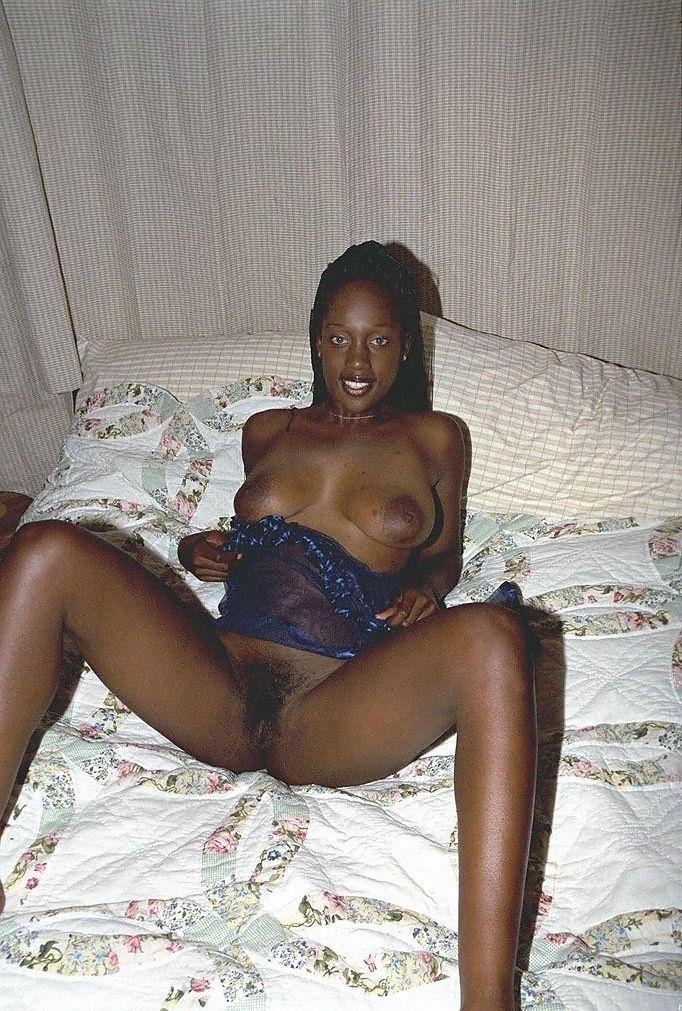 Jeune black exhibe sa chatte poilue
